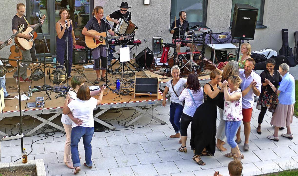 """Die gespielte Musik der Livebands kam ...ot;Felseles"""" vom Seniorenzentrum.    Foto: Eva Korinth"""