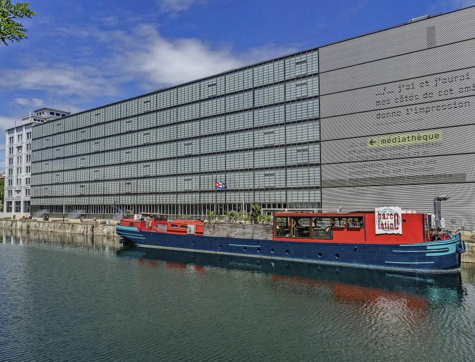 """Das Barschiff """"Barco Latino&#822...Hafenbecken vor der Mediathek Malraux.    Foto: teli"""