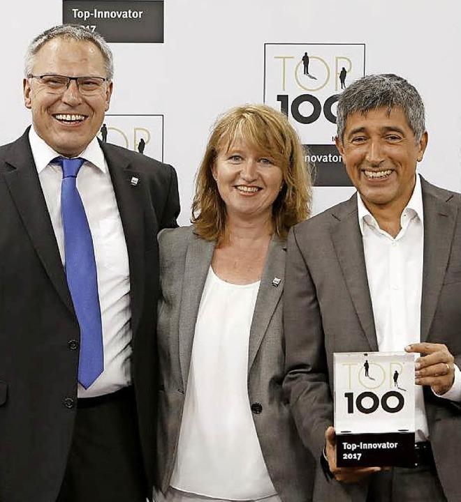 Übergabe des Top-100-Innovator-Awards ...it Mentor Ranga Yogeshwar (von links)   | Foto: dimer