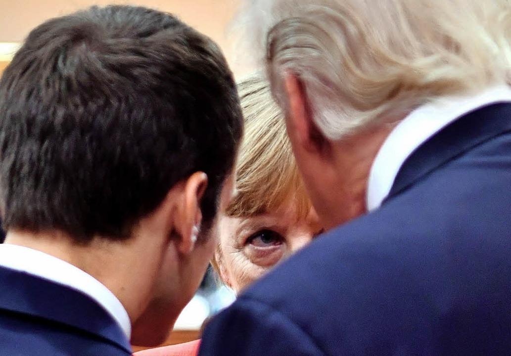 Emmanuel Macron, Angela Merkel und  Donald Trump in einem Sechs-Augen-Gespräch     Foto: AFP