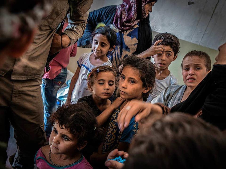 Die irakische Armee hat diese Zivilisten aus den Händen des IS befreit.     Foto: DPA
