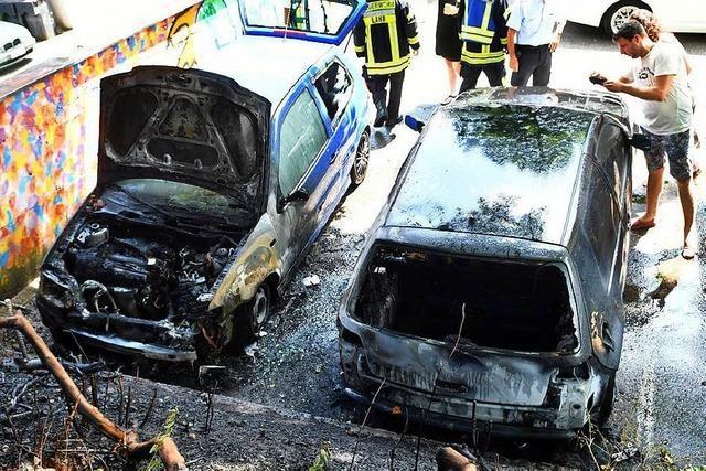 Zwei Fahrzeuge in der Schillerstraße ausgebrannt