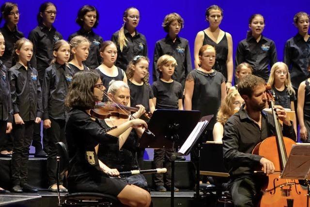 50 deutsche und französische Kinder singen gemeinsam im Burghof Lörrach