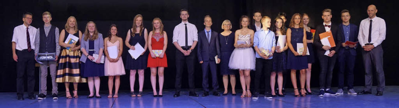 Die stolzen Preisträger der Hugo-Höfler-Realschule mit der Schulleitung  | Foto: Regina Maussner