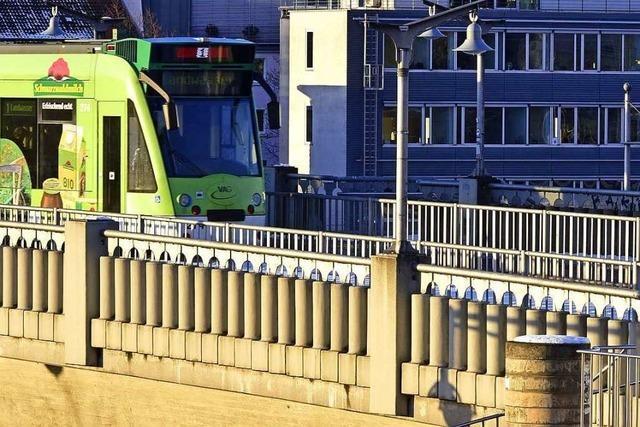 Drei Männer greifen 24-Jährigen auf der Stadtbahnbrücke an
