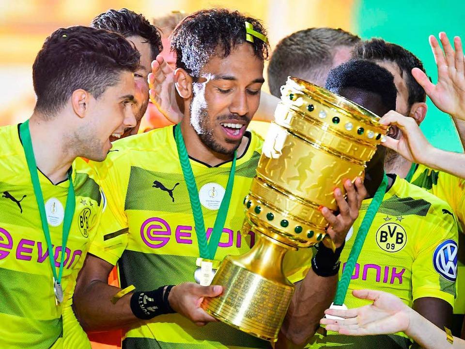 Der BVB hat den DFB-Pokal in der verga...gegen Rielasingen-Arlen nach Freiburg.  | Foto: AFP