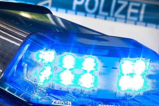 Zwei Autofahrer kollidieren auf der Alten Bundesstraße in Gundelfingen