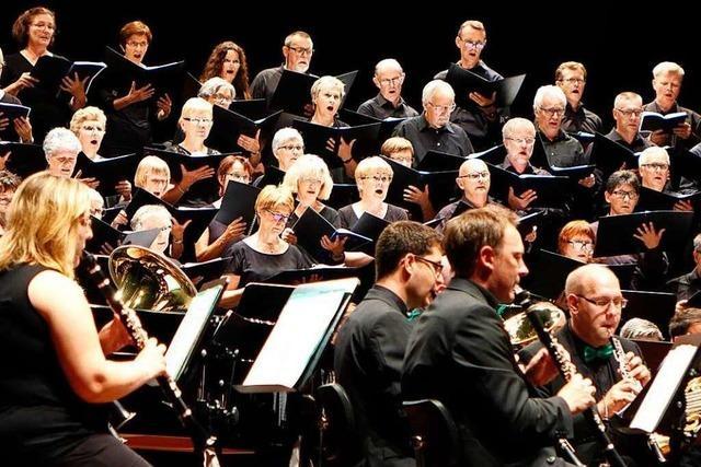 Lure bringt Bläser und Sänger im Burghof Lörrach zusammen