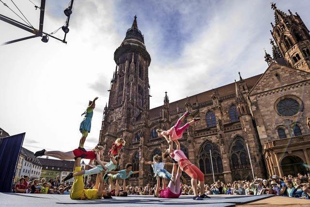 Circus Harlekin tritt auf dem Münsterplatz auf