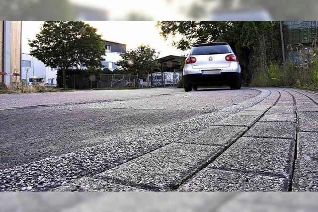 Knapper Straßenraum im Gewerbegebiet