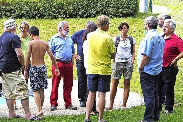 Genossen nehmen Freibad in Augenschein