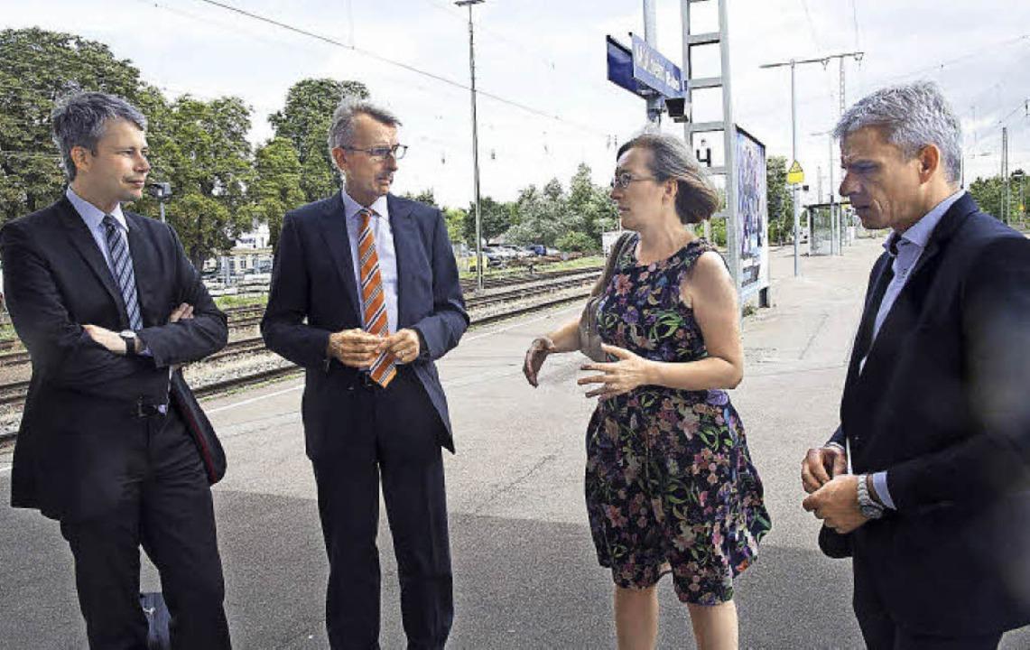 Sprachen über den Stand der Rheintalba...und Landtagsabgeordneter Patrick Rapp   | Foto: mps