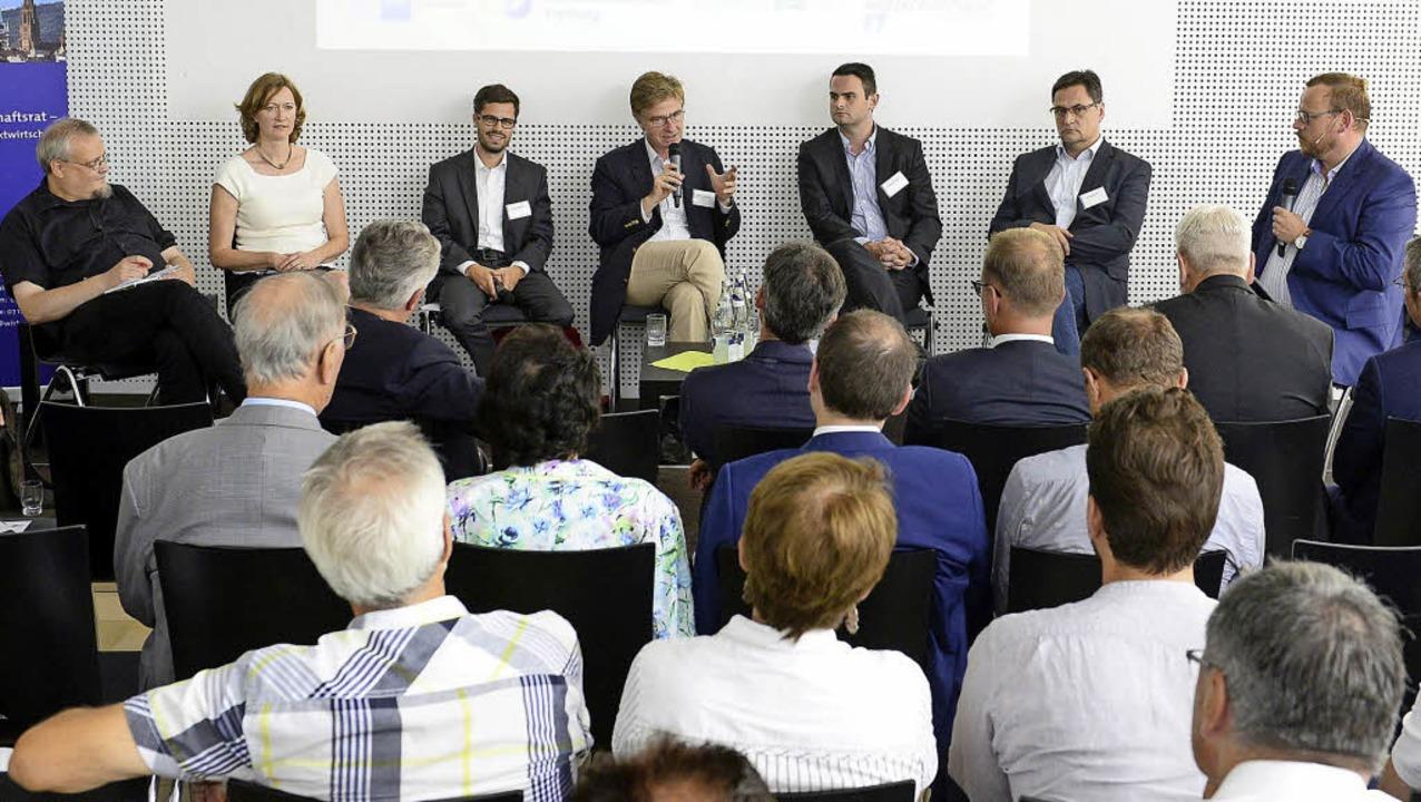 Die Kandidaten im Wahlkreis Freiburg s...). Ganz rechts: Moderator Ulf Tietge.   | Foto: Ingo Schneider