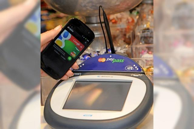 Zum Bezahlen zückt der Tourist aus China sein Handy