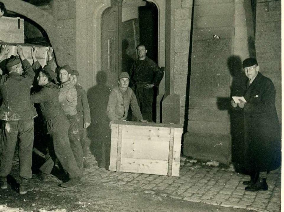 Die Verladung der Kunstwerke des Augus...Krieg, rechts  Direktor Werner Noack    | Foto: Städtische Museen/Augustinermuseum