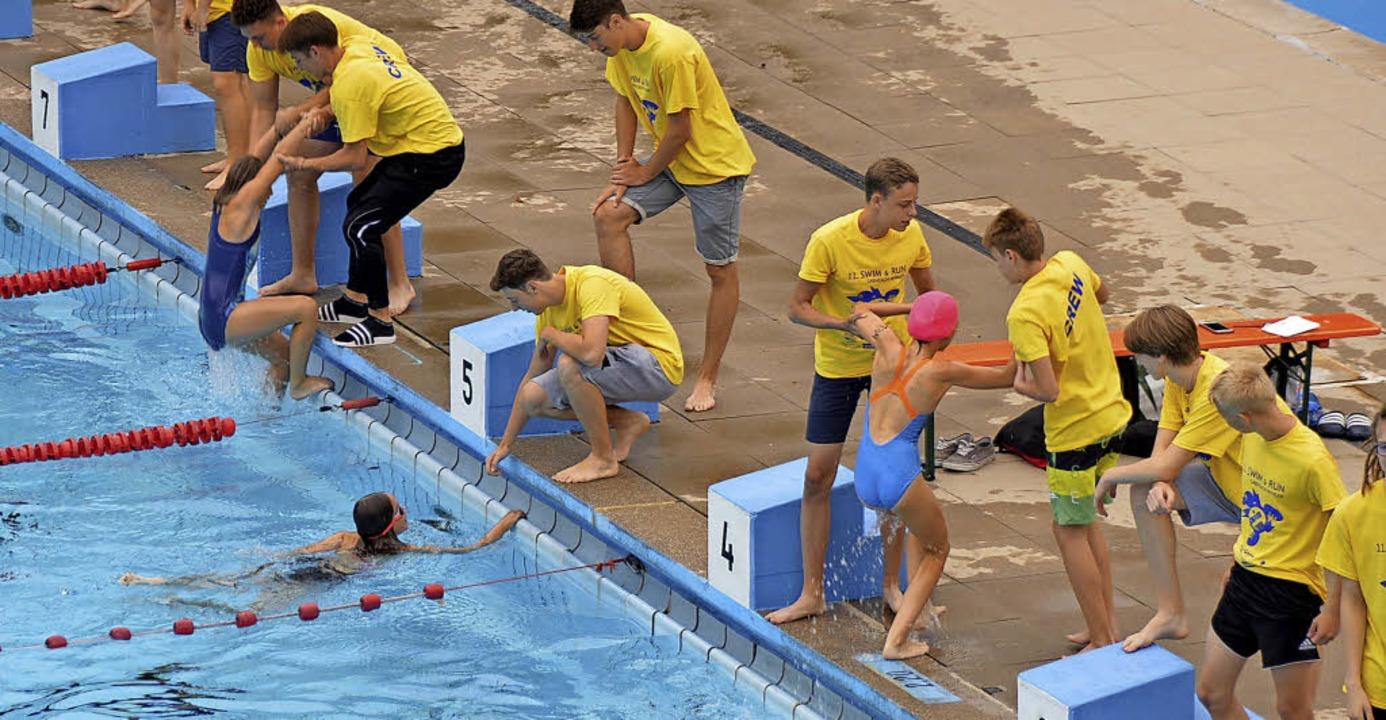 Nach dem Schwimmen zogen Helfer die fleißigen Sportler aus dem Wasser.   | Foto: Horatio Gollin