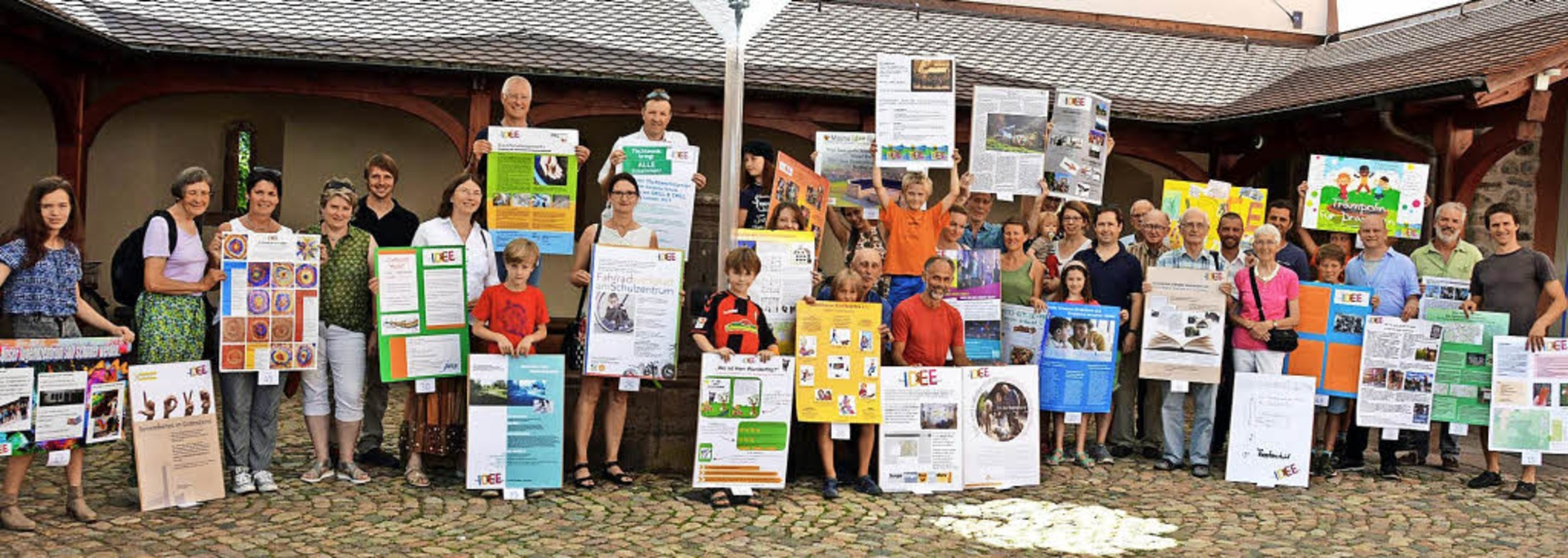 Mit großen Postern hatten sich die Ide...reisverleihung im Talvogtei-Innenhof.   | Foto: G. Lück