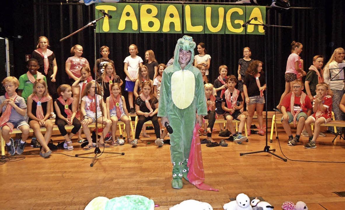 Fabienne Beckmann als Tabaluga mit dem Chor der Sommerbergschule Buchenbach.   | Foto: Josef Faller