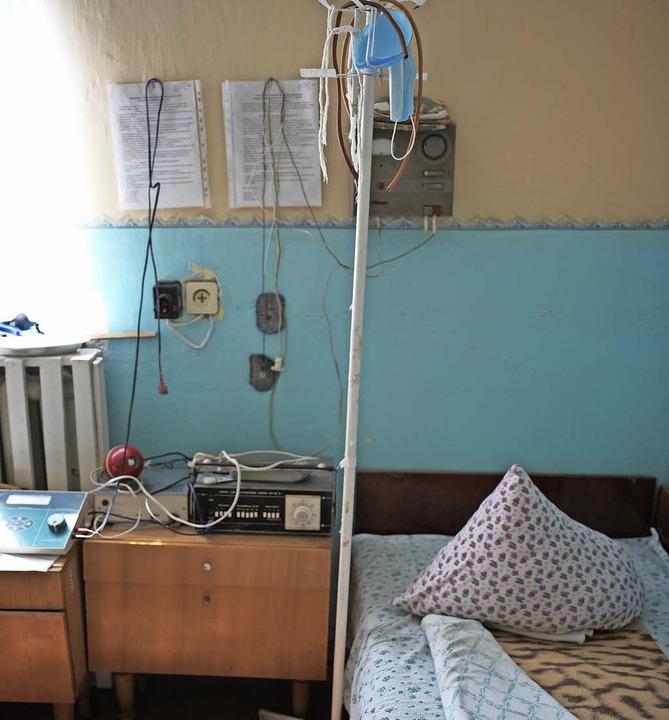 Blick in ein Krankenzimmer in einer so...ort praktizierende Arzt ist um die 80.  | Foto: Gabriele Fässler