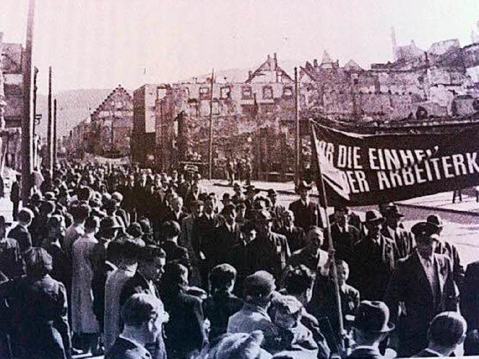 Die Spuren des Krieges sind noch deutl... 1.-Mai-Demonstration 1947 in Freiburg    Foto: BZ
