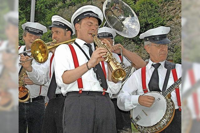 Castle Groove Festival Brass Band marschiert über den Rathausplatz in Efringen-Kirchen