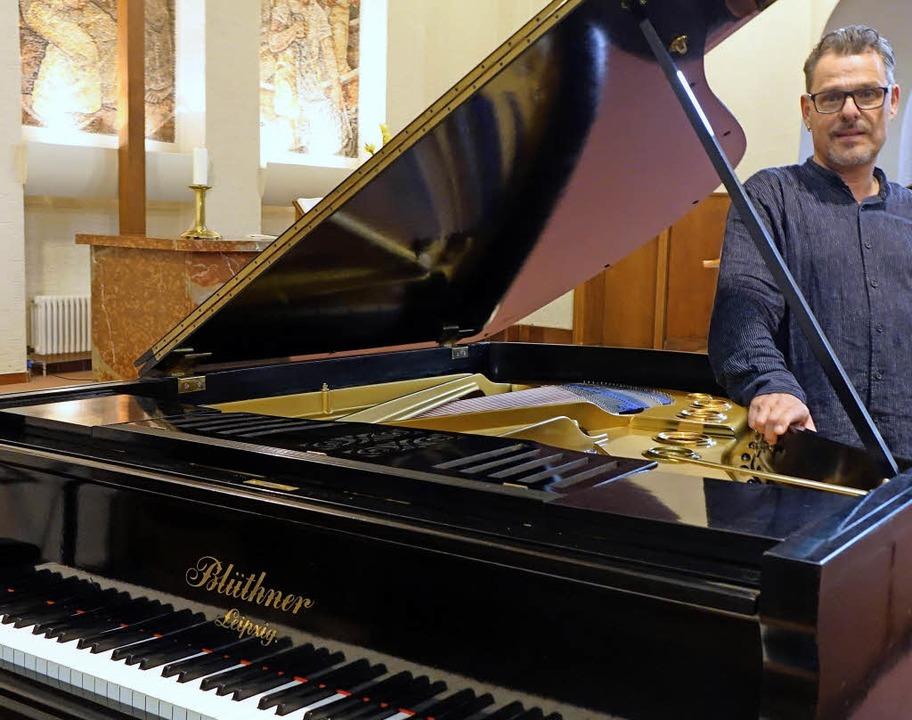 Kantor Rainer Marbach freut sich über ...üthner-Flügel in der  Christuskirche.   | Foto: Roswitha Frey