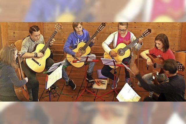 Mit Zupfinstrumenten und Gesang in Löffingen