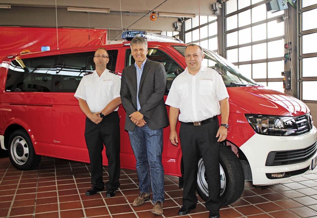 Fahrzeugübergabe: Stolz auf das neue E...und  Gesamtkomandant Walter Bachmann.   | Foto: Bertsch