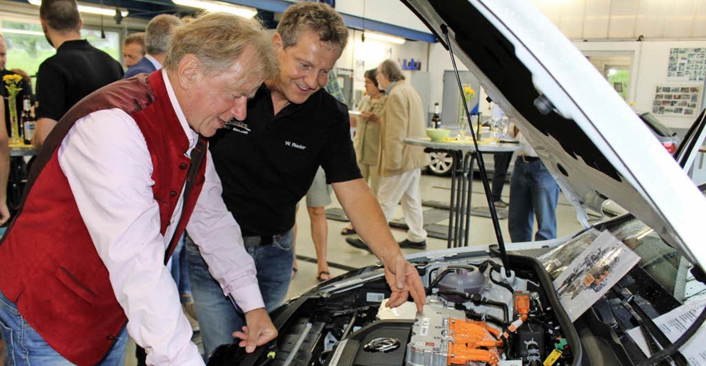 Daniel Schneider (links) lässt sich vo...r die Technik des VW-e-Golf erklären.   | Foto: Erich Krieger