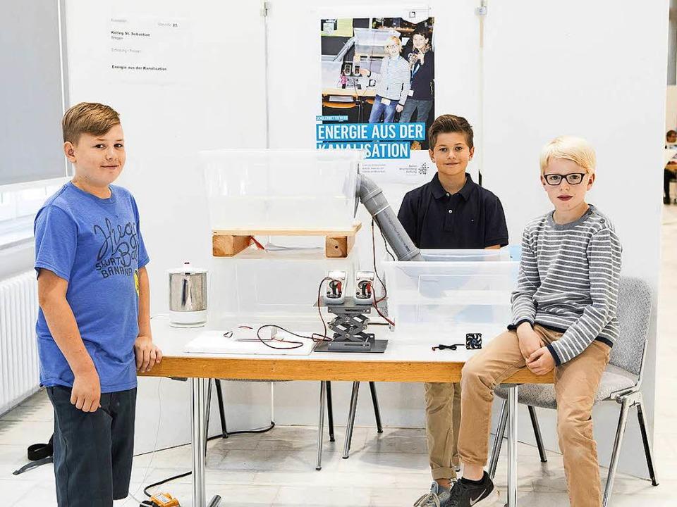 Energie aus der Kanalisation: Leon Her...scher-Erfinderpreis teil (von links).   | Foto: Privat