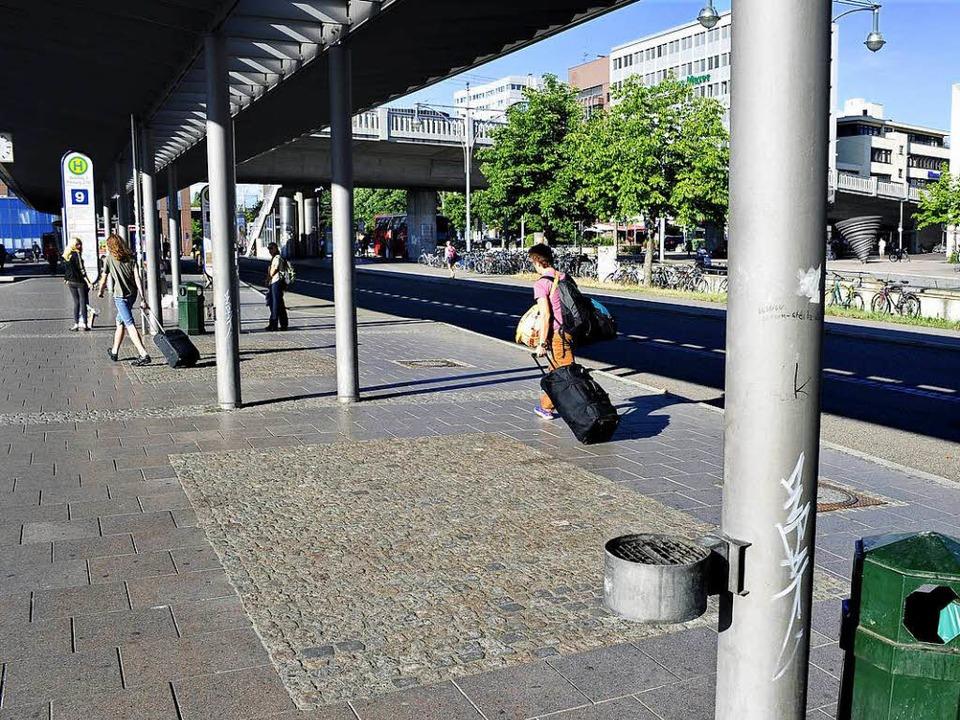 Die Polizei sucht Zeugen des Vorfalls am ZOB (Archivbild).  | Foto: Thomas Kunz