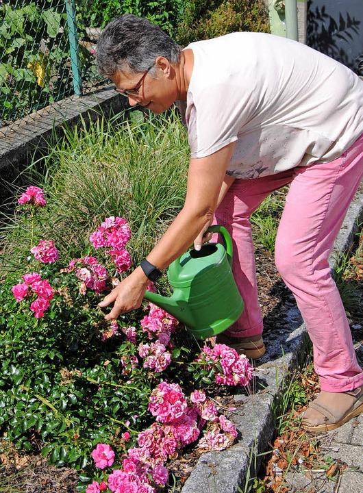 Rita Buhl hilft ehrenamtlich bei der Pflege eines  Blumenbeetes.   | Foto: privat
