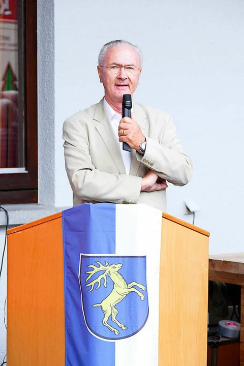 Bürgermeisterstellvertreter Thomas Mutter eröffnet den Kunstrasenplatz.  | Foto: Sebastian Barthmes