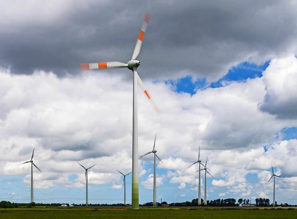 So viele Windräder, wie hier im Ostfri...ue sind aber nun offiziell in Betrieb.  | Foto: dpa
