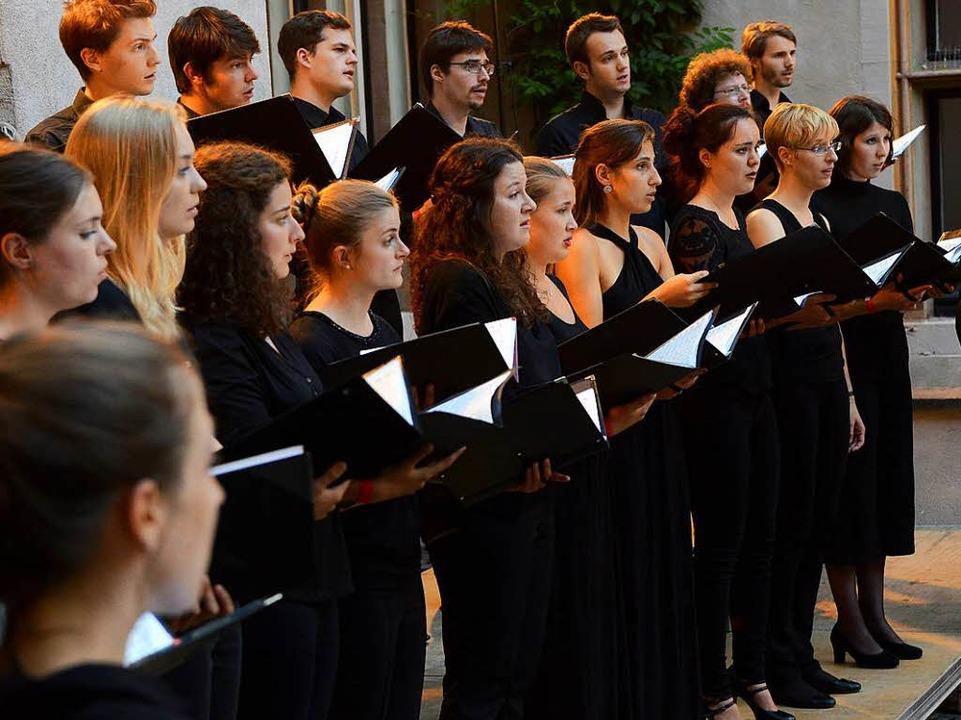 Der Kammerchor der Musikhochschule zeigte im Basler Hof sein Können.  | Foto: Rita Eggstein