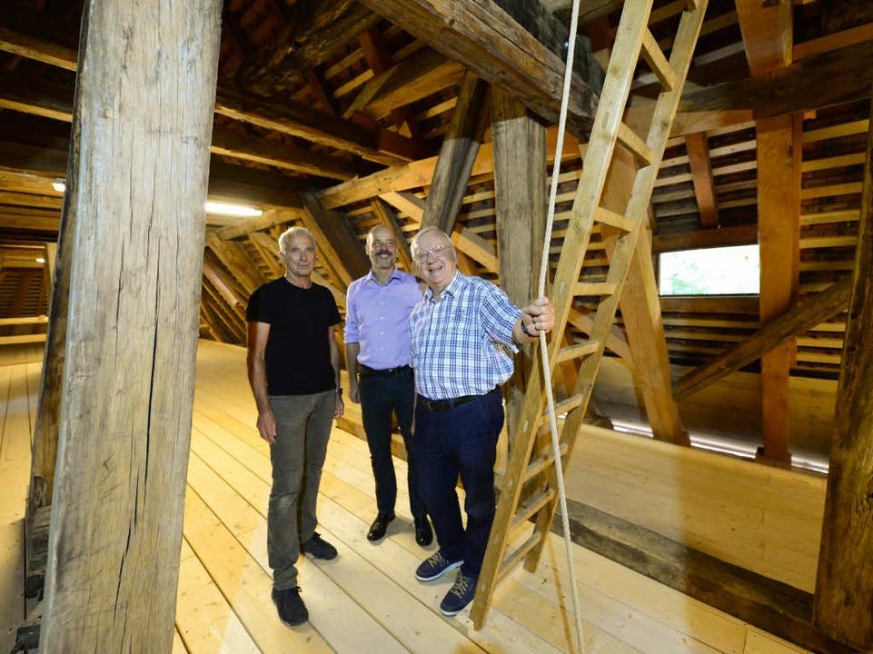 Eberhard Wittekind, Markus Kaupp und W...Gaber (von links) mit dem Glockenseil.  | Foto: Ingo Schneider