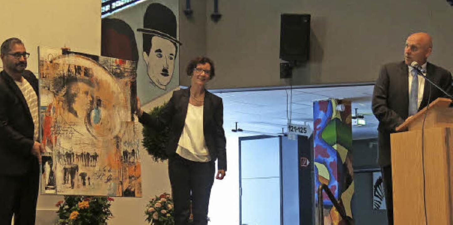 OB Stefan Schlatterer überreicht dem GGE ein Gemälde von Monika Baltes zum 350.  | Foto: Georg Voß