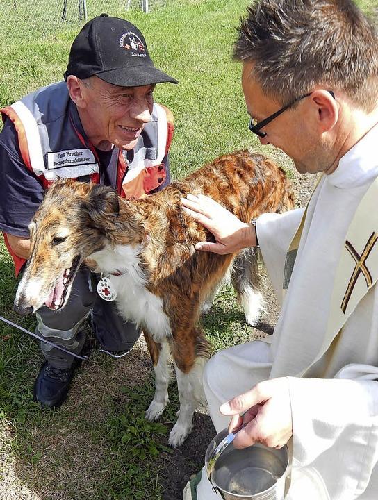 Hans Bracher (links)  von der Rettungs...ge  von Pfarrer Armin Strenzl segnen.   | Foto: Claudia Gempp
