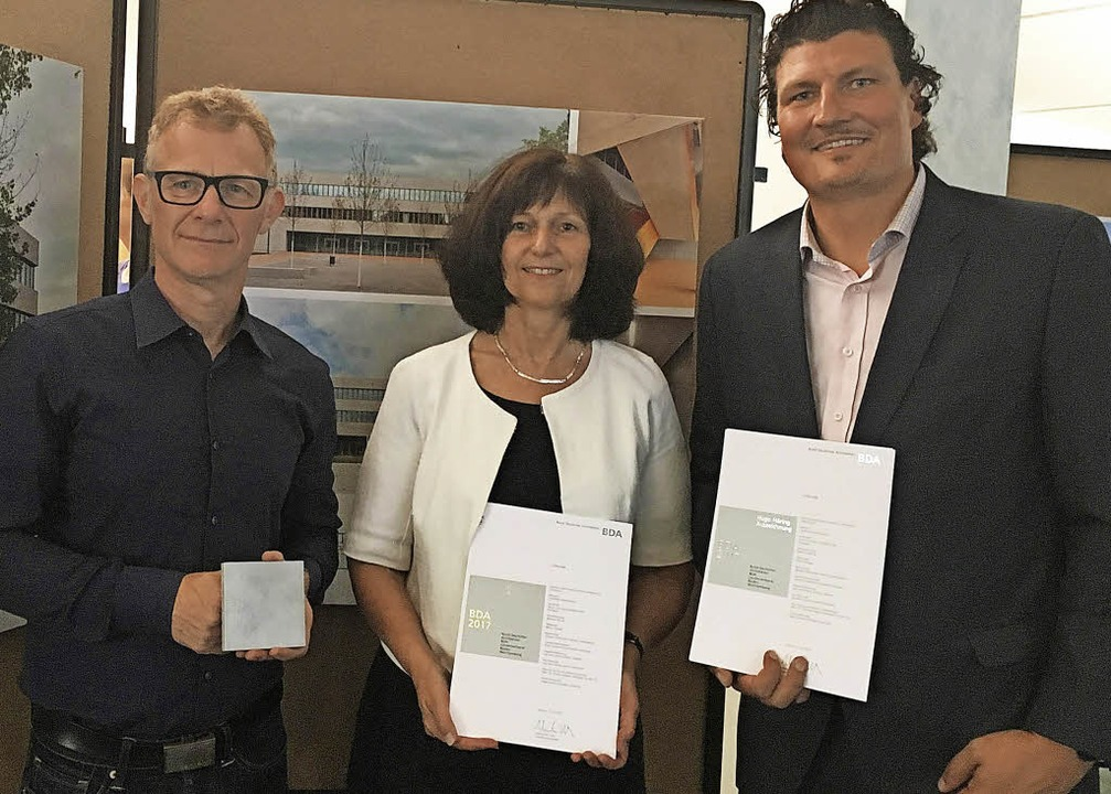 Dezernentin Jutta Gnädig nahm  mit Rai...Harris (l.) die Auszeichnung entgegen.    Foto: Landratsamt Ortenaukreis