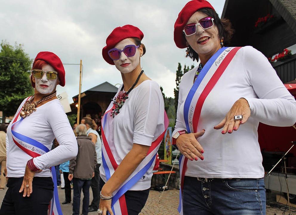 Vive la France! Diese drei Damen sind ein blau-weiß-roter Blickfang   | Foto: Dieter Maurer