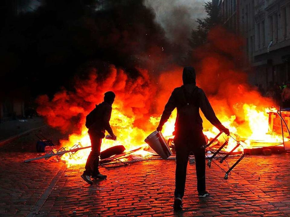 Die Randalierer in Hamburg haben den A...nzierung aber seien politische Taktik.  | Foto: dpa