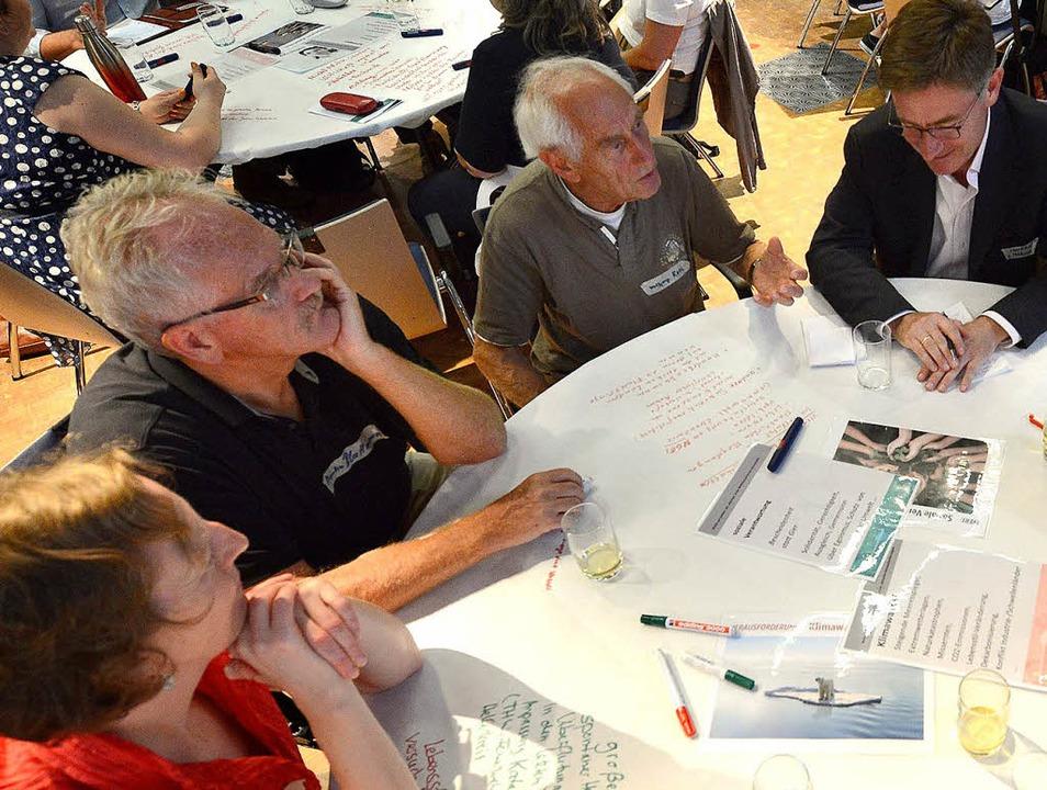 Der CDU-Bundestagsabgeordnete Matern v... Gespräch mit Bürgerinnen und Bürgern     Foto: Rita Eggstein