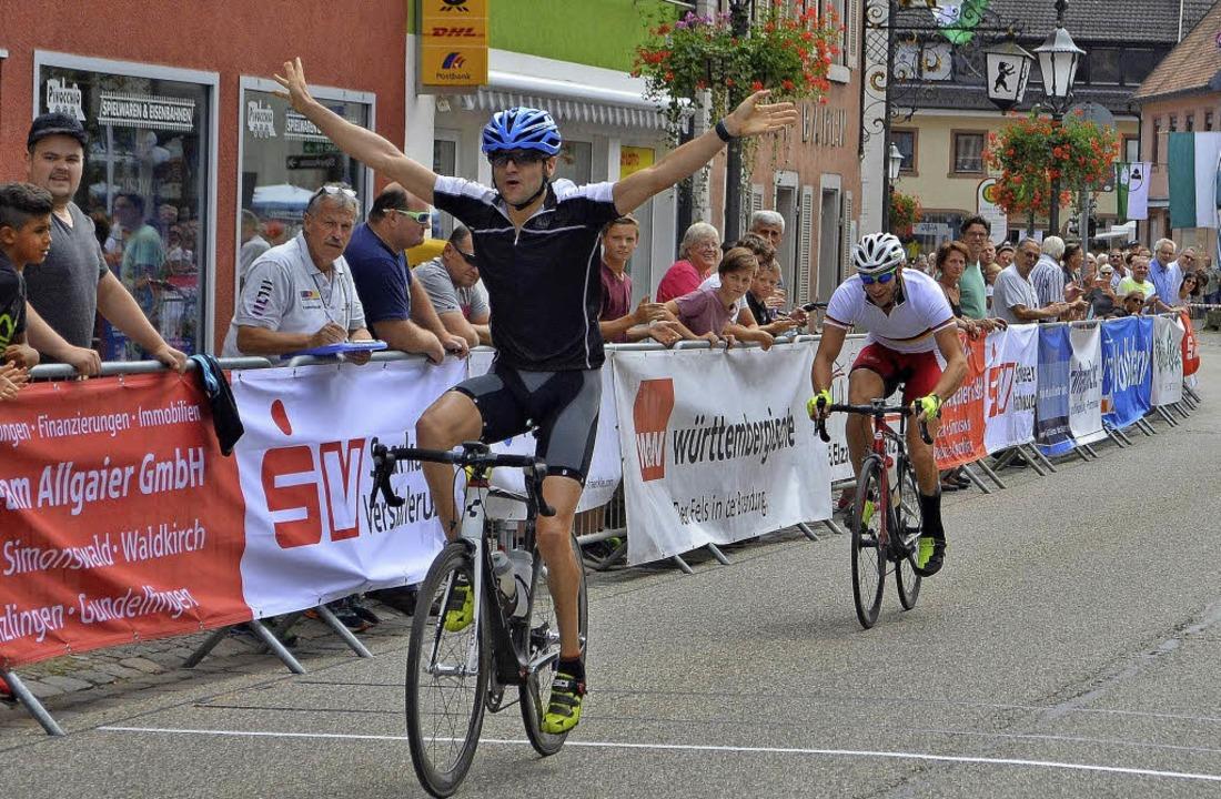Zielspurt im Hauptrennen: Steffen Warias siegt vor Tobias Vetter.    Foto: Nikolaus Bayer