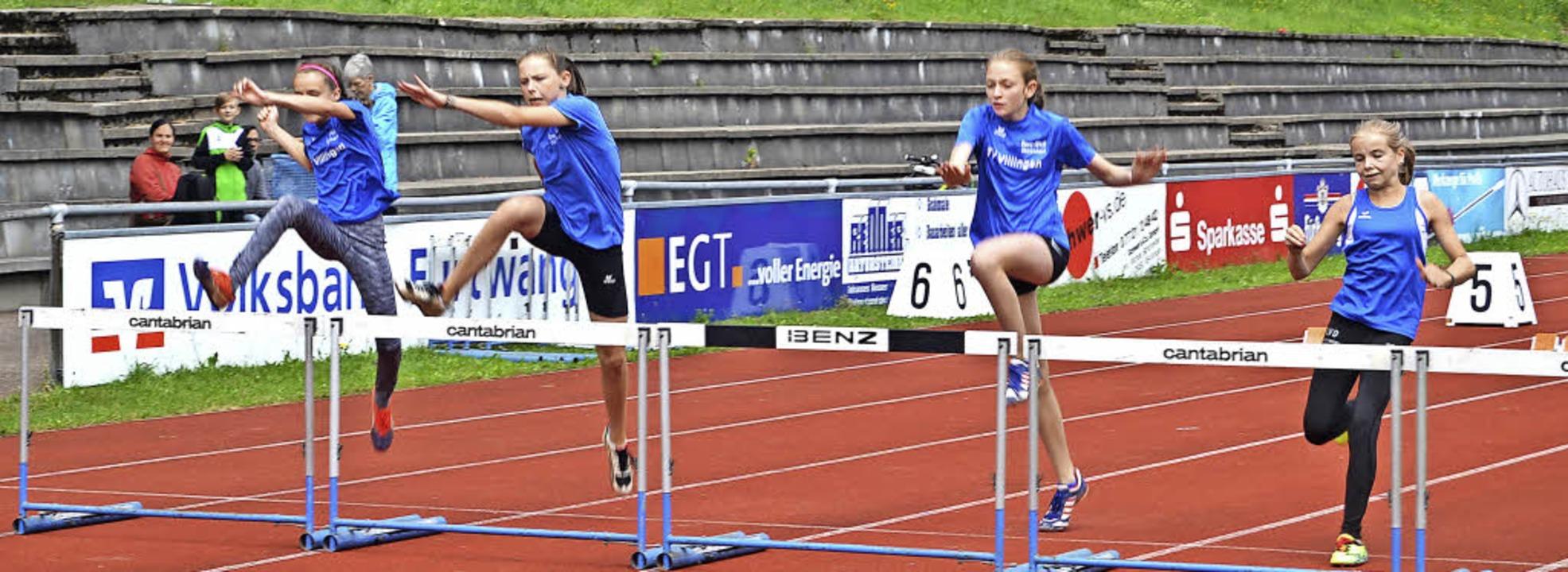 Die Schülerinnen der Klasse W13 beim 6...erte Johanna Kalla und Ramona Weißer.   | Foto: Helmut Junkel