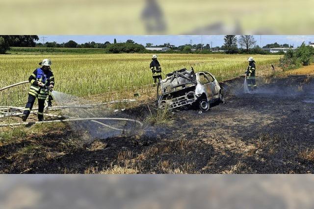 Brennender Kleinwagen setzt auch Feld in Brand