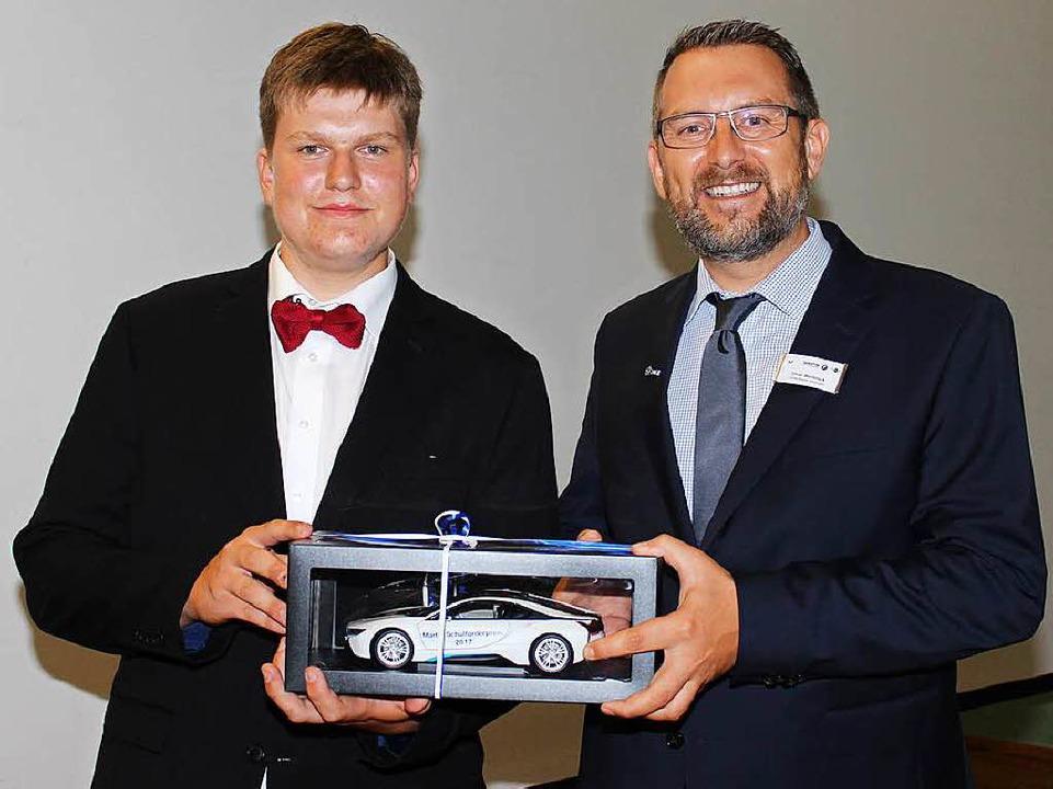 Lukas Ehret bekommt den Förderpreis Te... Oliver Wellbrock vom Autohaus Märtin.  | Foto: Mario Schöneberg