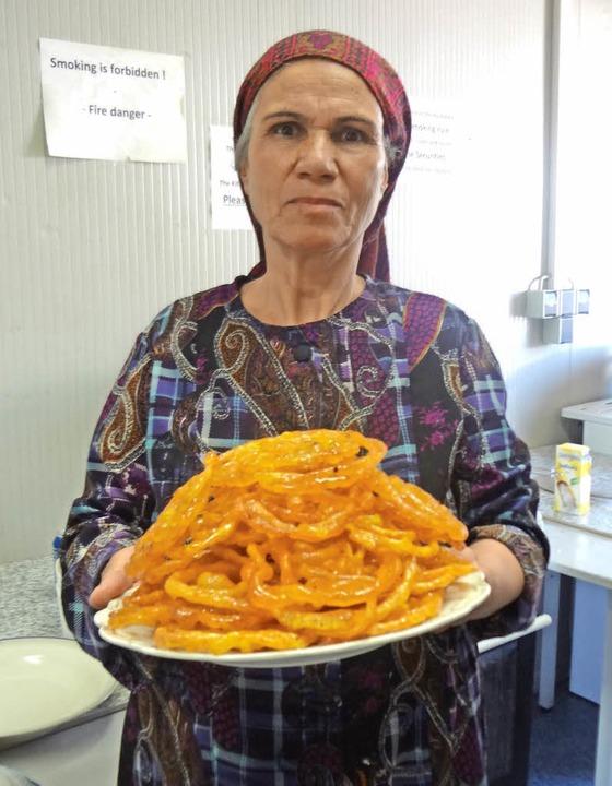 Eglima aus Afghanistan  versorgte die Gäste mit einer traditionellen  Süßspeise.  | Foto: Gudrun Gehr