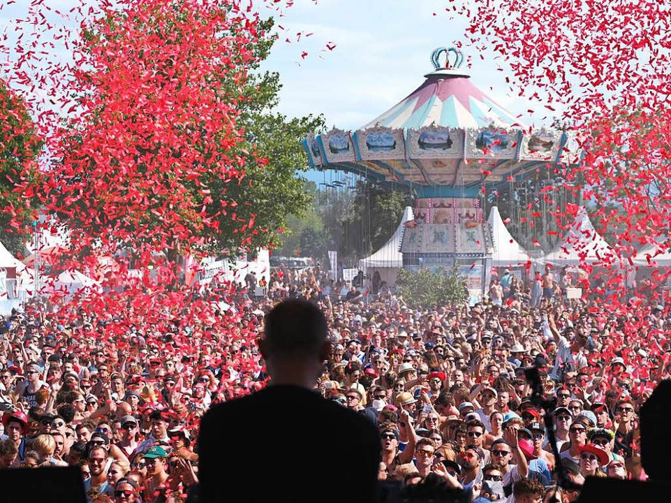 Konfetti und Luftschlangen regnen auf tausende Männer und Frauen herab.  | Foto: Miroslav Dakov