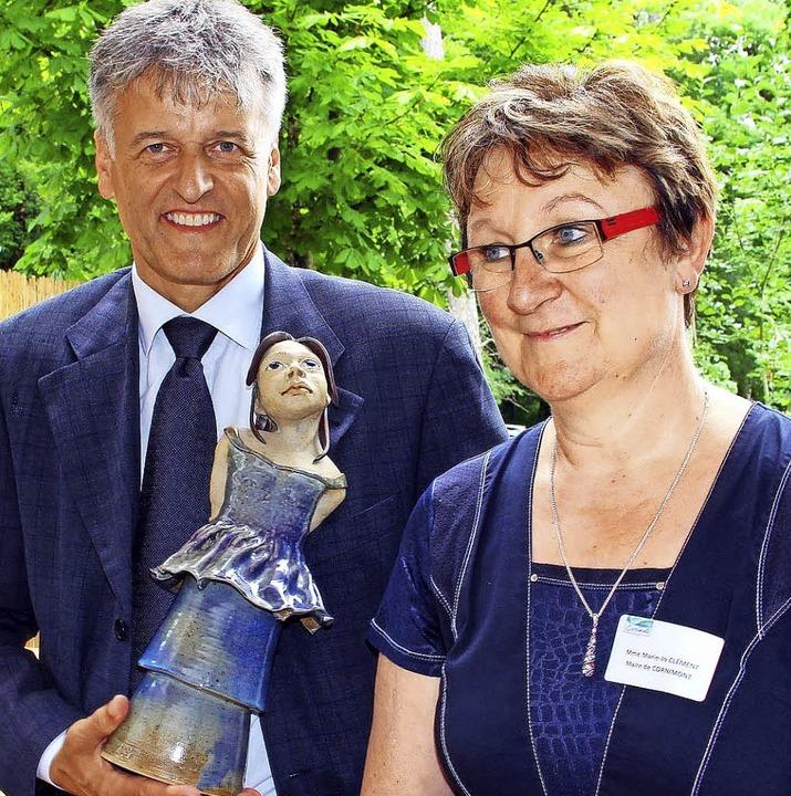 Eine junge Keramik-Dame überreichte Bü...legen Gunther Braun als Gastgeschenk.   | Foto: Likissas/ZVG