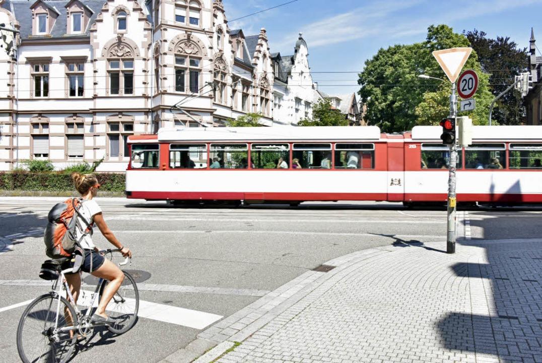 In der Schwimmbadstraße springt eine A..., wenn auf der Basler eine Tram naht.   | Foto: Michael Bamberger